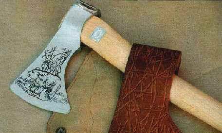 Для того, чтобы «Таежный» топор удобно разместить в укладке или на поясе, он комплектуется прочным чехлом, который одновременно предохраняет лезвие от повреждений.